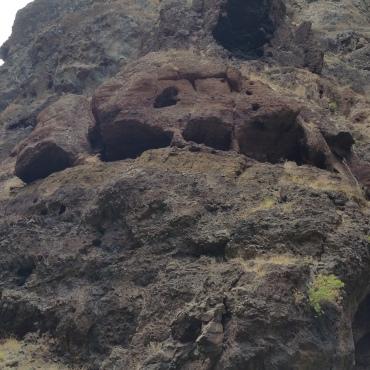 un crane taillé dans la roche
