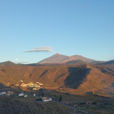 le teide, la lune et un nuage lenticulaire