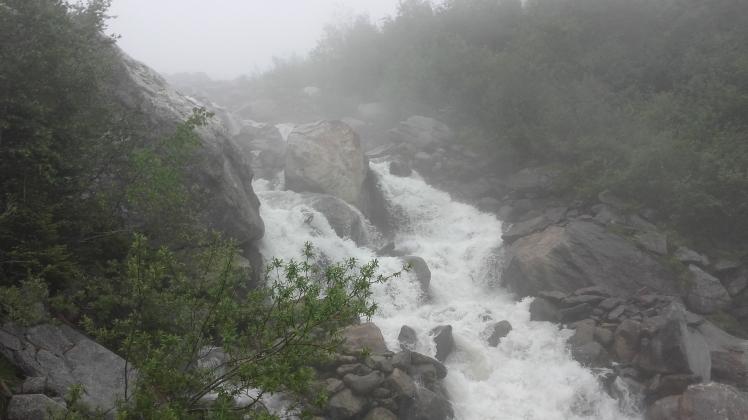 Le torrent né de la fonte du Glacier du Bionnassay